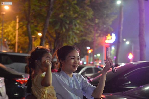 Hàng vạn người dân đi xem pháo hoa ngày Giỗ Tổ Hùng Vương, đường phố ùn tắc nghiêm trọng - Ảnh 9.