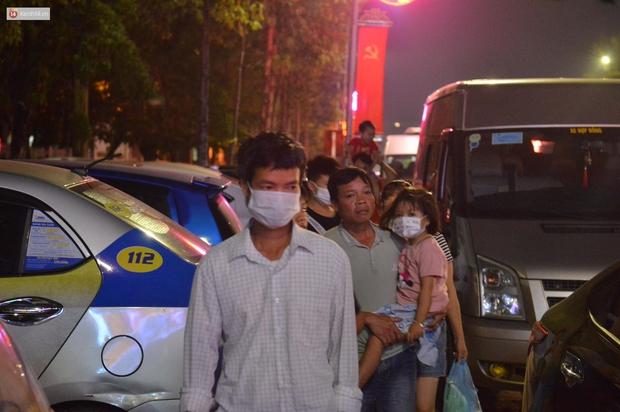 Hàng vạn người dân đi xem pháo hoa ngày Giỗ Tổ Hùng Vương, đường phố ùn tắc nghiêm trọng - Ảnh 6.