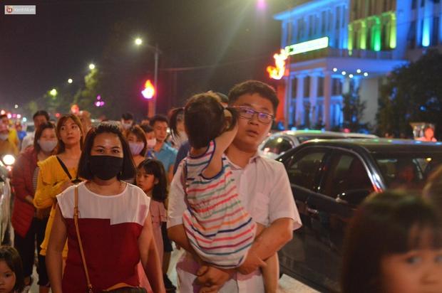 Hàng vạn người dân đi xem pháo hoa ngày Giỗ Tổ Hùng Vương, đường phố ùn tắc nghiêm trọng - Ảnh 5.