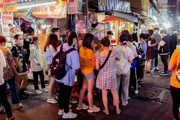 Xếp hàng 45 phút chờ mua gà viên chiên hot nhất chợ Hồ Thị Kỷ, ăn xong mới thấy review trên mạng giả trân thế nào! - Ảnh 2.