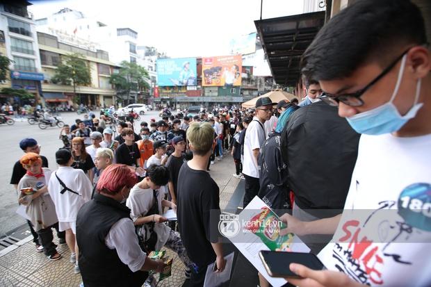 Casting Rap Việt tại Hà Nội: Thí sinh xếp hàng dài chờ lượt đăng ký, số báo danh từ 2.000 trở đi được hẹn giờ quay lại - Ảnh 2.