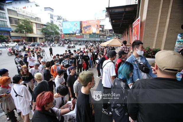 Casting Rap Việt tại Hà Nội: Thí sinh xếp hàng dài chờ lượt đăng ký, số báo danh từ 2.000 trở đi được hẹn giờ quay lại - Ảnh 3.