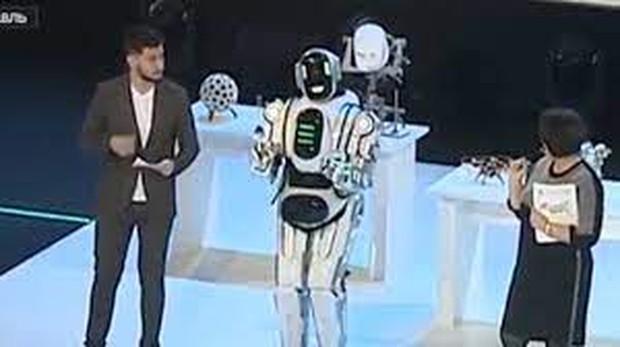 Chú robot lên TV nhưng thông minh đáng ngờ, sự thật không hề giả trân từ NSX khiến cả nước Nga phát cáu - Ảnh 3.
