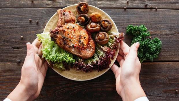 Điểm mặt 3 thói quen ăn tối cực tai hại dễ khiến sức khỏe của bạn chệch khỏi quỹ đạo - Ảnh 2.