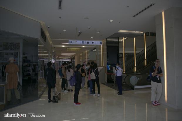 Choáng: Người Sài Gòn 6h sáng xếp hàng dài trước cổng Starbucks để săn chiếc ly màu xanh với giá 500k, sau chưa đầy 4 tiếng bán lại đã tăng giá gấp 4 lần - Ảnh 2.