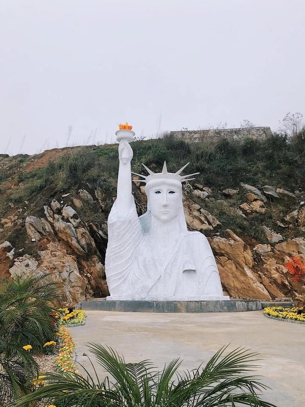 Bức tượng Nữ thần Tự do phiên bản đột biến ở Sa Pa gây xôn xao, cơ quan chức năng nói gì? - Ảnh 1.