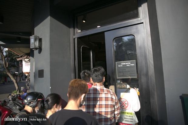 Choáng: Người Sài Gòn 6h sáng xếp hàng dài trước cổng Starbucks để săn chiếc ly màu xanh với giá 500k, sau chưa đầy 4 tiếng bán lại đã tăng giá gấp 4 lần - Ảnh 4.