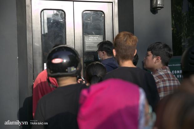 Choáng: Người Sài Gòn 6h sáng xếp hàng dài trước cổng Starbucks để săn chiếc ly màu xanh với giá 500k, sau chưa đầy 4 tiếng bán lại đã tăng giá gấp 4 lần - Ảnh 5.