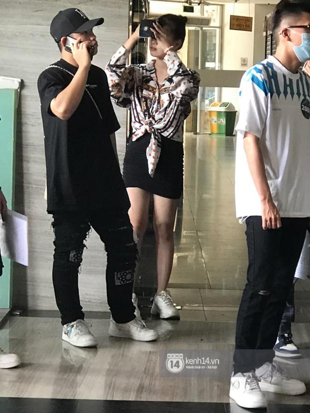 Cặp đôi Pháo và Tez bất ngờ có mặt casting Rap Việt tại Hà Nội, hành trang mang theo là... băng vệ sinh? - Ảnh 1.