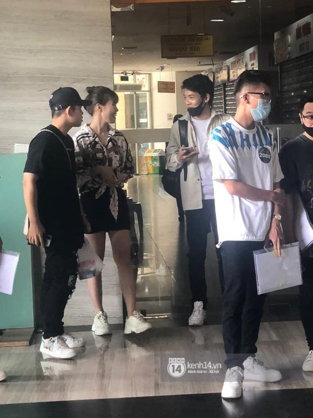 Cặp đôi Pháo và Tez bất ngờ có mặt casting Rap Việt tại Hà Nội, hành trang mang theo là... băng vệ sinh? - Ảnh 3.