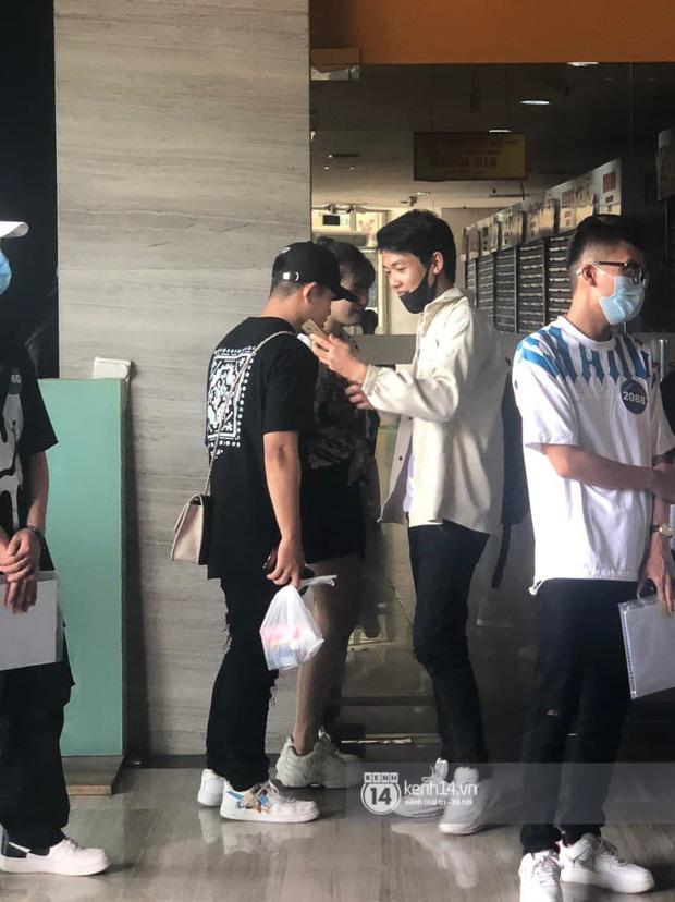 Cặp đôi Pháo và Tez bất ngờ có mặt casting Rap Việt tại Hà Nội, hành trang mang theo là... băng vệ sinh? - Ảnh 2.