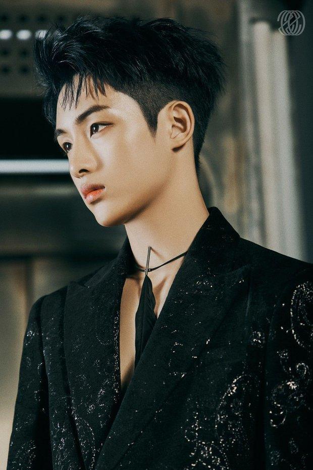 Nam idol vốn bị đối xử bất công giờ còn phải quỳ gối trong bộ goods mới, SM bị chỉ trích vì thiếu tôn trọng thành viên Trung Quốc - Ảnh 4.
