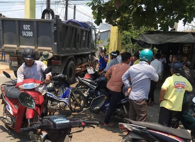 Tài xế bất cẩn khi lùi xe tải khiến 2 bé gái 8 tuổi chết thảm - Ảnh 2.