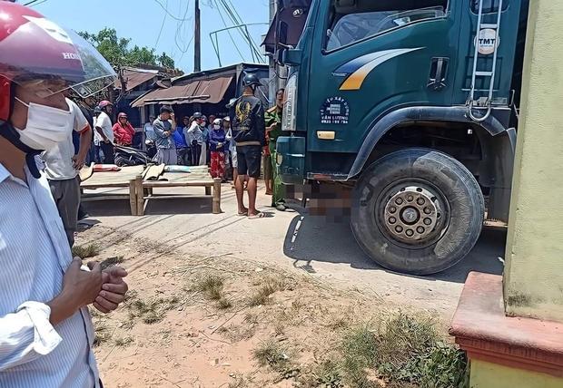 Tài xế bất cẩn khi lùi xe tải khiến 2 bé gái 8 tuổi chết thảm - Ảnh 1.