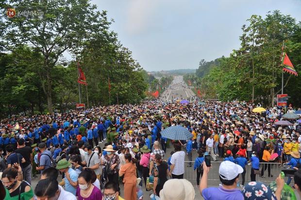 Ảnh: Hàng chục nghìn người chen lấn kinh hoàng tại Lễ hội Đền Hùng - Ảnh 1.