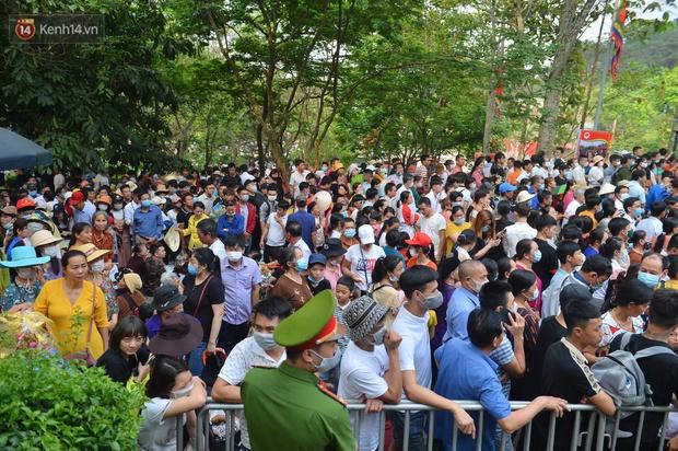Ảnh: Hàng chục nghìn người chen lấn kinh hoàng tại Lễ hội Đền Hùng - Ảnh 2.
