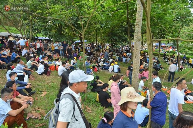 Ảnh: Hàng chục nghìn người chen lấn kinh hoàng tại Lễ hội Đền Hùng - Ảnh 10.