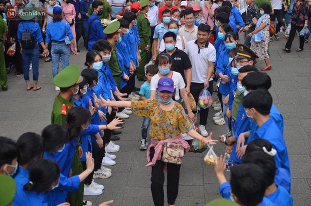 Ảnh: Hàng chục nghìn người chen lấn kinh hoàng tại Lễ hội Đền Hùng - Ảnh 3.