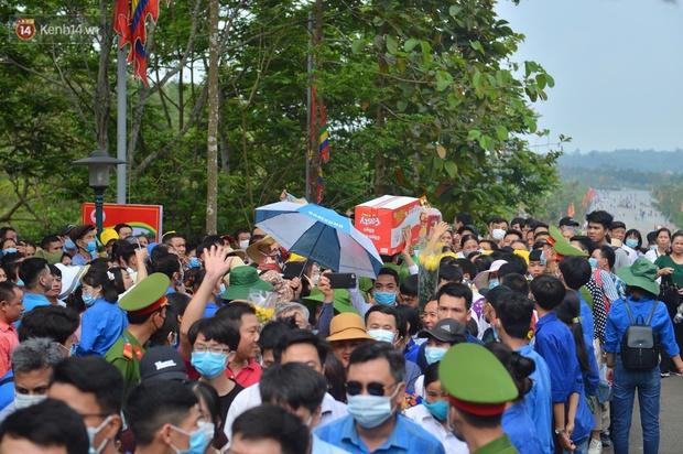 Ảnh: Hàng chục nghìn người chen lấn kinh hoàng tại Lễ hội Đền Hùng - Ảnh 8.
