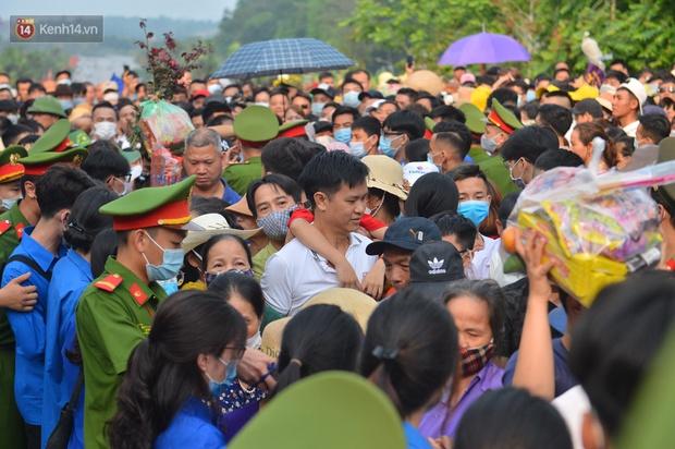 Ảnh: Hàng chục nghìn người chen lấn kinh hoàng tại Lễ hội Đền Hùng - Ảnh 6.