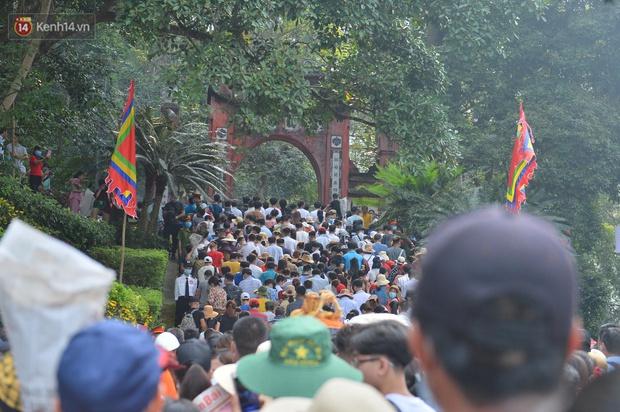 Ảnh: Hàng chục nghìn người chen lấn kinh hoàng tại Lễ hội Đền Hùng - Ảnh 12.