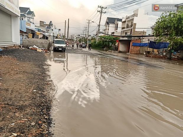 """Dân Sài Gòn kêu trời vì con đường """"đau khổ"""" làm 3 năm chưa xong: Nắng thì bụi mịt mù, mưa thì lầy lội ao nước! - Ảnh 13."""