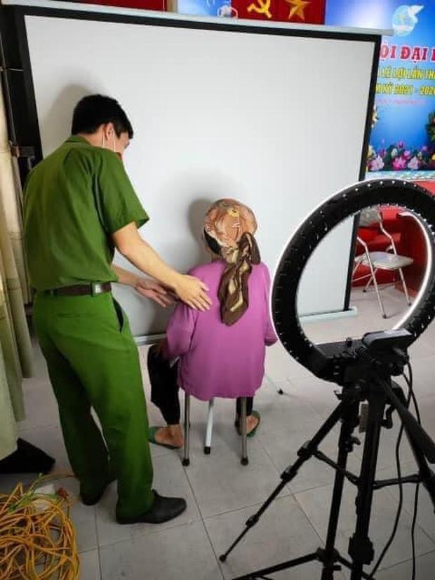Khóc cười trăm chuyện chụp ảnh CCCD: Cụ chỉn chu vuốt tóc bảnh bao, cụ nhất quyết chỉ chụp mỗi... gáy - Ảnh 3.