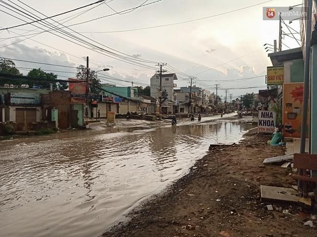 """Dân Sài Gòn kêu trời vì con đường """"đau khổ"""" làm 3 năm chưa xong: Nắng thì bụi mịt mù, mưa thì lầy lội ao nước! - Ảnh 14."""