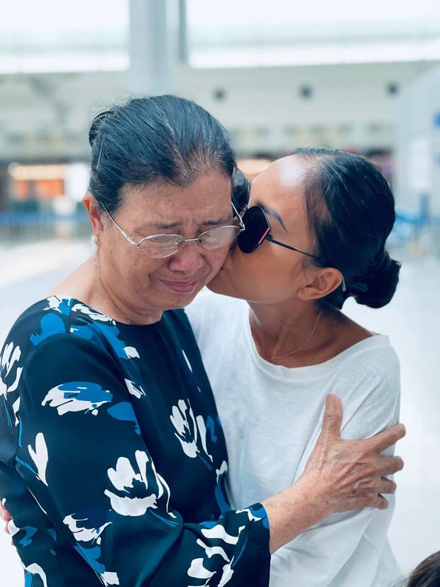 Đoan Trang rời showbiz Việt sang nước ngoài sinh sống, khoảnh khắc mẹ ruột bật khóc nức nở ở sân bay gây xúc động - Ảnh 5.
