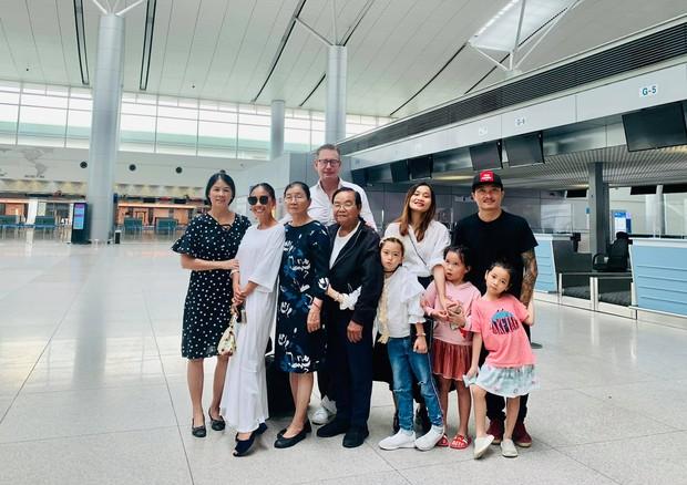 Đoan Trang rời showbiz Việt sang nước ngoài sinh sống, khoảnh khắc mẹ ruột bật khóc nức nở ở sân bay gây xúc động - Ảnh 3.