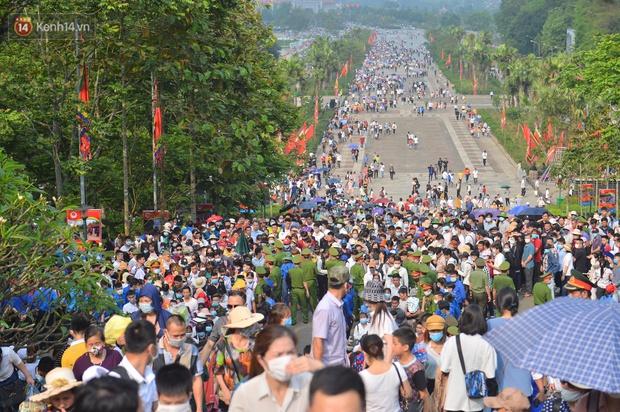 Ảnh: Hàng chục nghìn người chen lấn kinh hoàng tại Lễ hội Đền Hùng - Ảnh 13.