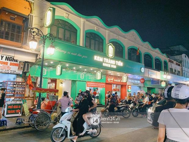 Trót dại xuống phố tối ngày giỗ Tổ, giới trẻ Hà Nội chịu cảnh kẹt cứng khắp mọi nẻo đường, đông không kém gì Sài Gòn - Ảnh 13.