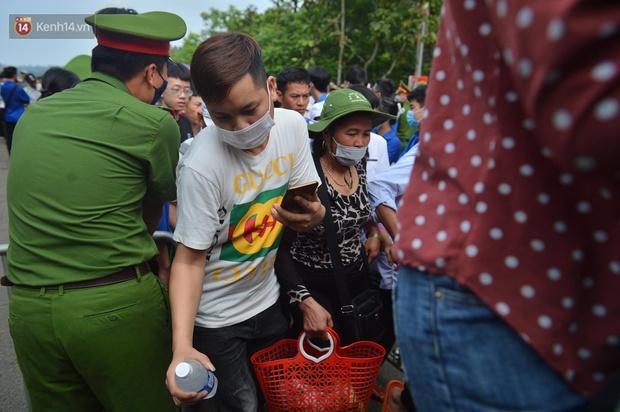 Ảnh: Hàng chục nghìn người chen lấn kinh hoàng tại Lễ hội Đền Hùng - Ảnh 5.