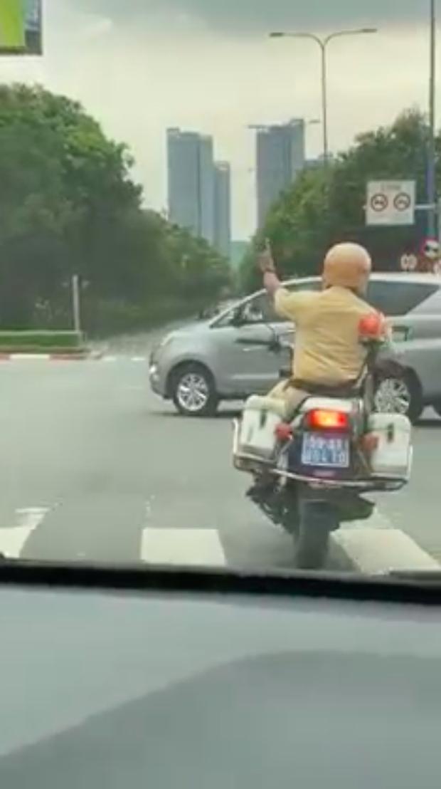 CSGT nhận ngàn lời khen khi mở đường dẫn xe ô tô chở sản phụ tới bệnh viện ở Sài Gòn - Ảnh 1.