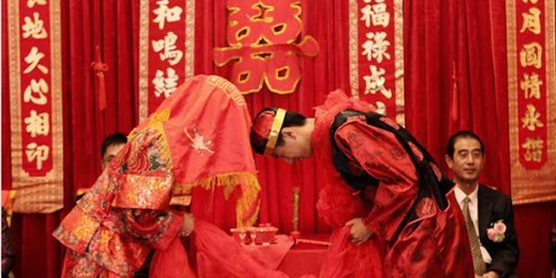 Những đám cưới cô dâu khuyết tật tại Trung Quốc: Lấy chồng để có người chăm sóc hay buôn bán phụ nữ thiểu năng trá hình? - Ảnh 3.