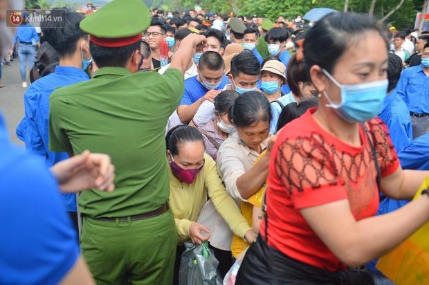 Ảnh: Hàng chục nghìn người chen lấn kinh hoàng tại Lễ hội Đền Hùng - Ảnh 4.