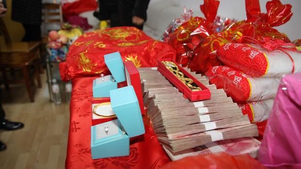 Những đám cưới cô dâu khuyết tật tại Trung Quốc: Lấy chồng để có người chăm sóc hay buôn bán phụ nữ thiểu năng trá hình? - Ảnh 6.