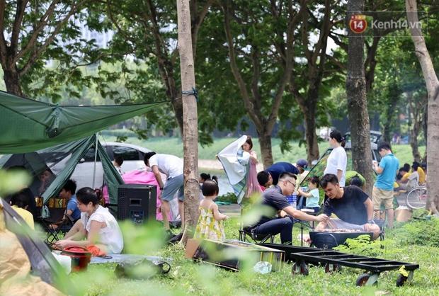 Nghỉ lễ giỗ Tổ Hùng Vương chỉ có 1 ngày, người dân Thủ đô ùn ùn đổ về công viên Yên Sở cắm trại, nướng thịt - Ảnh 8.