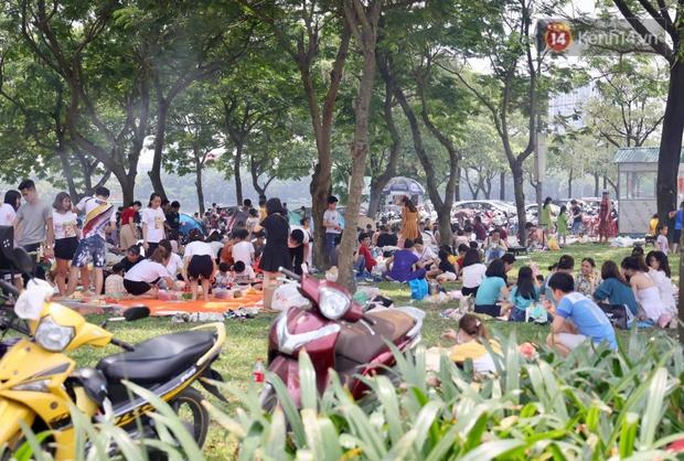Nghỉ lễ giỗ Tổ Hùng Vương chỉ có 1 ngày, người dân Thủ đô ùn ùn đổ về công viên Yên Sở cắm trại, nướng thịt - Ảnh 6.