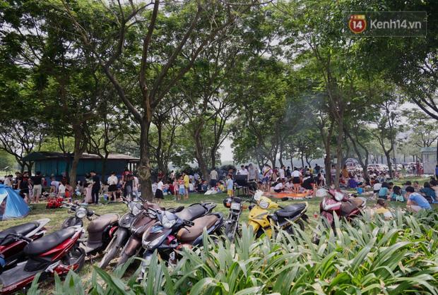 Nghỉ lễ giỗ Tổ Hùng Vương chỉ có 1 ngày, người dân Thủ đô ùn ùn đổ về công viên Yên Sở cắm trại, nướng thịt - Ảnh 9.