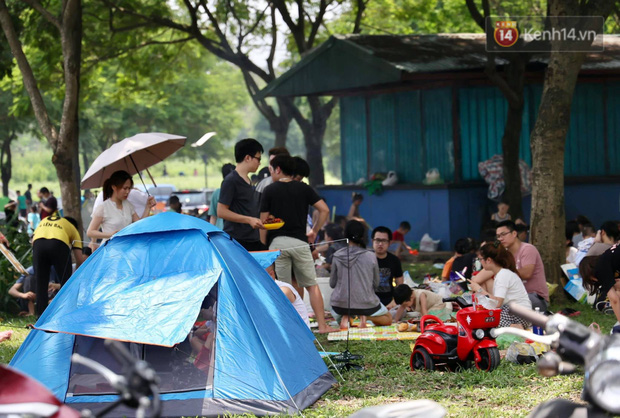 Nghỉ lễ giỗ Tổ Hùng Vương chỉ có 1 ngày, người dân Thủ đô ùn ùn đổ về công viên Yên Sở cắm trại, nướng thịt - Ảnh 7.