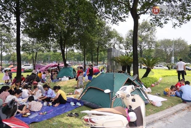 Nghỉ lễ giỗ Tổ Hùng Vương chỉ có 1 ngày, người dân Thủ đô ùn ùn đổ về công viên Yên Sở cắm trại, nướng thịt - Ảnh 5.