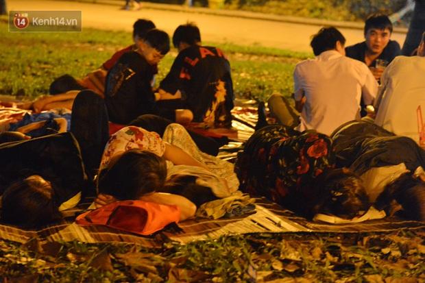 Ảnh: Người lớn, trẻ nhỏ trải bạt nằm vạ vật ở bãi cỏ, chờ lên dâng hương Vua Hùng trong ngày Giỗ Tổ - Ảnh 1.