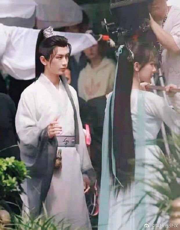 Dương Tử cầm chổi đánh Thành Nghị trong Trầm Vụn Hương Phai, netizen bất ngờ khen ngợi nhan sắc nữ chính - Ảnh 1.