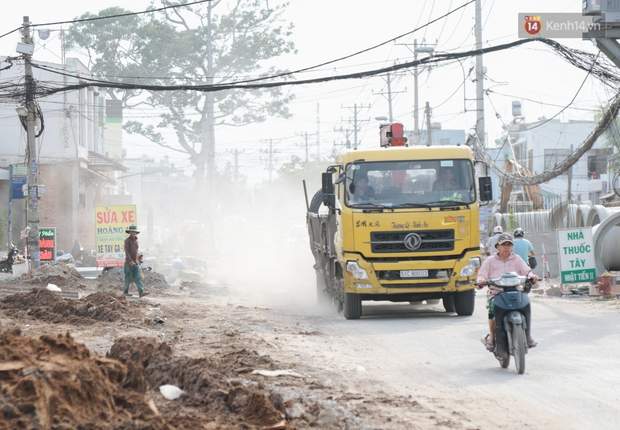 """Dân Sài Gòn kêu trời vì con đường """"đau khổ"""" làm 3 năm chưa xong: Nắng thì bụi mịt mù, mưa thì lầy lội ao nước! - Ảnh 2."""