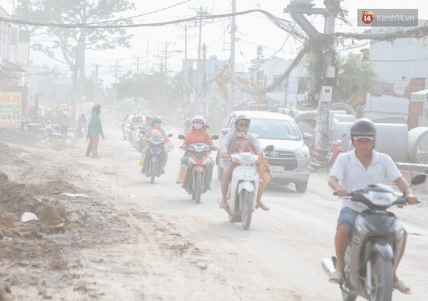 """Dân Sài Gòn kêu trời vì con đường """"đau khổ"""" làm 3 năm chưa xong: Nắng thì bụi mịt mù, mưa thì lầy lội ao nước! - Ảnh 1."""
