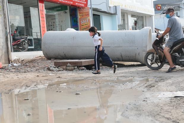 """Dân Sài Gòn kêu trời vì con đường """"đau khổ"""" làm 3 năm chưa xong: Nắng thì bụi mịt mù, mưa thì lầy lội ao nước! - Ảnh 16."""