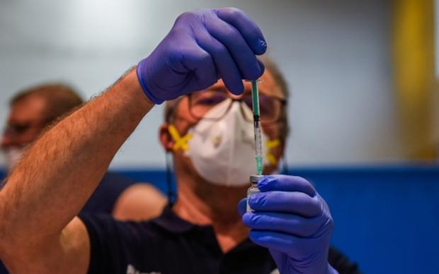Châu Âu cho phép tiếp tục sử dụng vaccine của Johnson&Johnson  - Ảnh 1.
