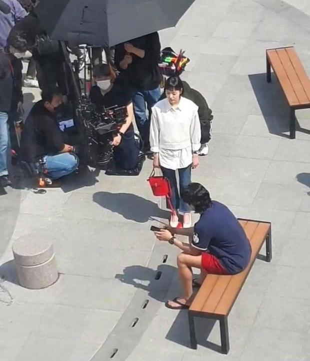 Lộ hình ảnh Kim Go Eun để mái ngố quê một cục, bám đuôi soái ca đầu bết tông lào ở phim mới - Ảnh 2.