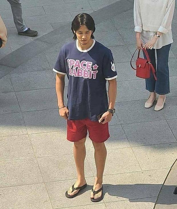 Lộ hình ảnh Kim Go Eun để mái ngố quê một cục, bám đuôi soái ca đầu bết tông lào ở phim mới - Ảnh 6.